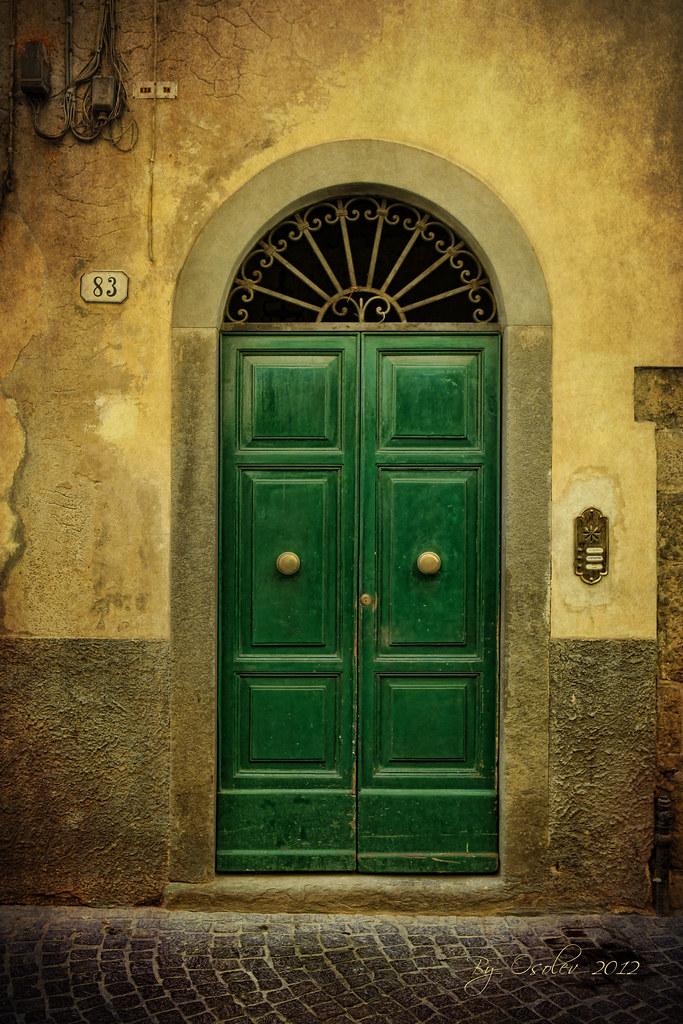 Tras la puerta verde las puertas son fotog nicas lucca for Idealista puertas verdes