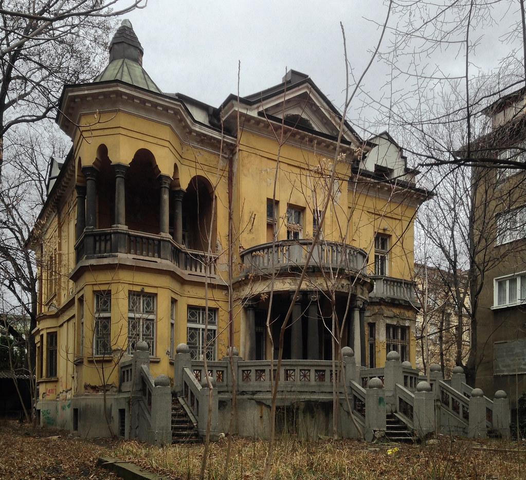 Abandoned Beauty (Къщата на ягодите)