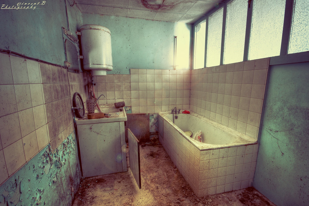 The abandoned bathroom | This bathroom is in an old farm ...