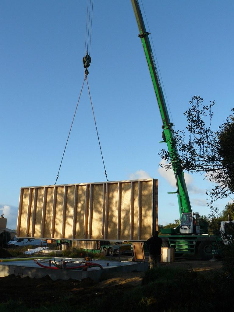 Le premier mur de la maison déchargé par le camion de chez…  Flickr