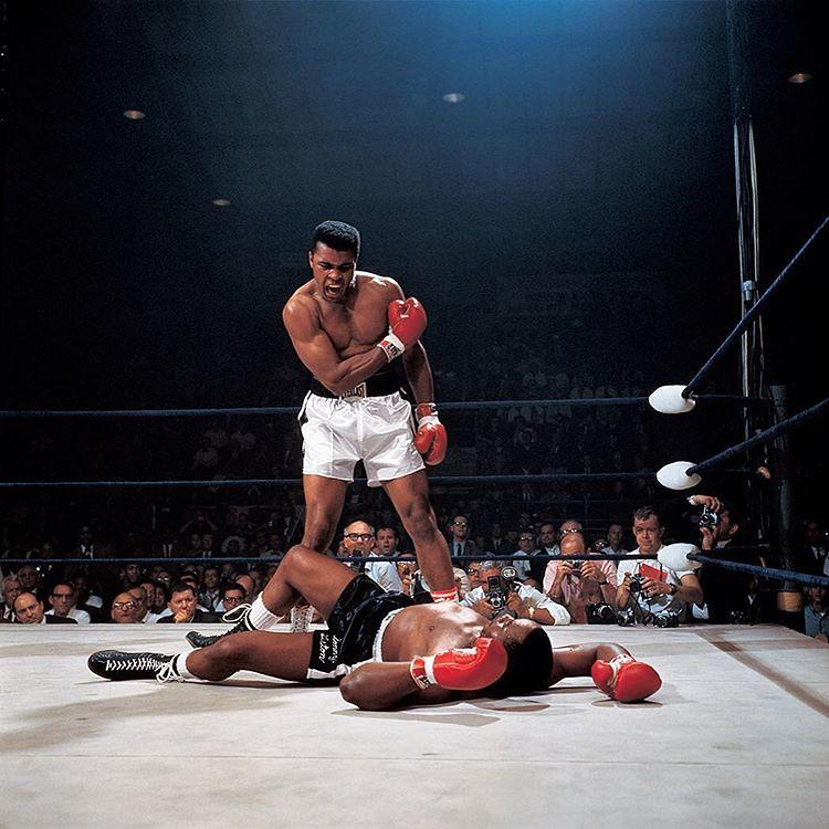 Muhammad Ali ja kanveesissa Sonny Liston vuonna 1965.
