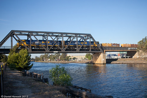 NR113 & NR38 on 4MA5 crossing the Maribyrnong River | by pheonics153