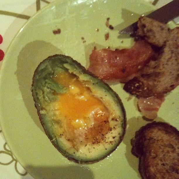 Aguacate con yema de huevo al horno bacon y morcilla bom for Cocinar yema de huevo