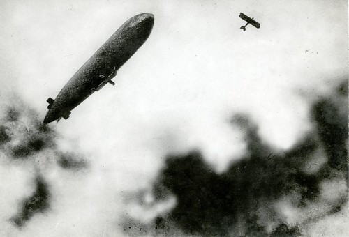 WOI: Aanval van Duits vliegtuig op Franse zeppelin / French zeppelin under attack from a German plane | by Nationaal Archief