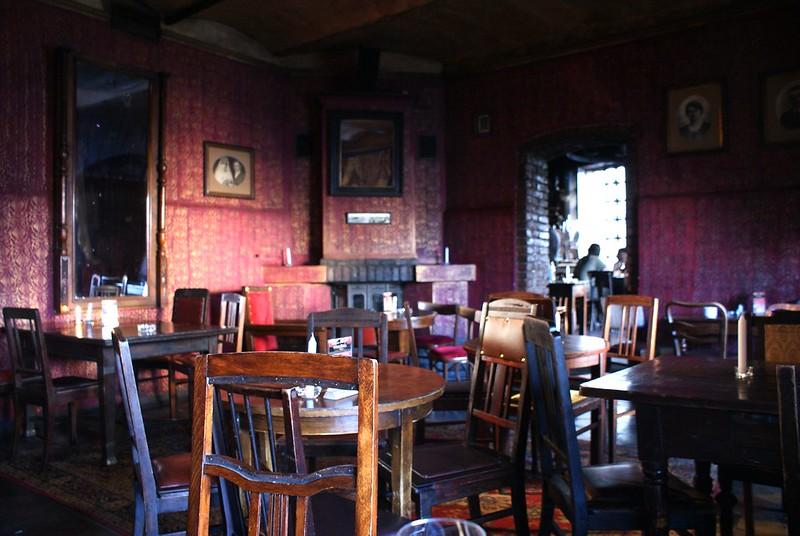 Bar Alchemia à Kazimierz, magie et alcool dans un décor d'avant guerre à Cracovie.