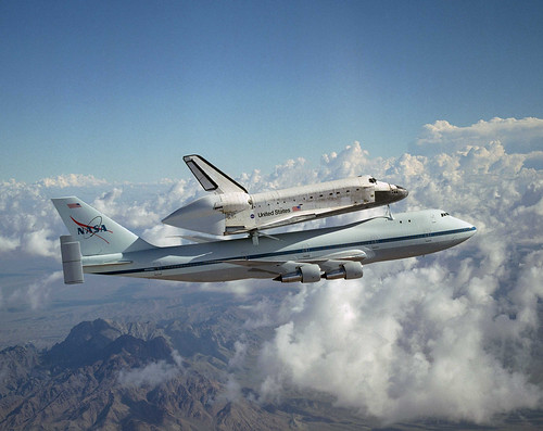 Space Shuttle Discovery on a modified Boeing 747 | by Smithsonian National Air and Space Museum