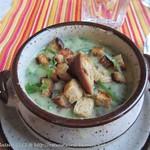 Kartoffelsuppe mit Bärlauch, Dörrpflaumen und Speck