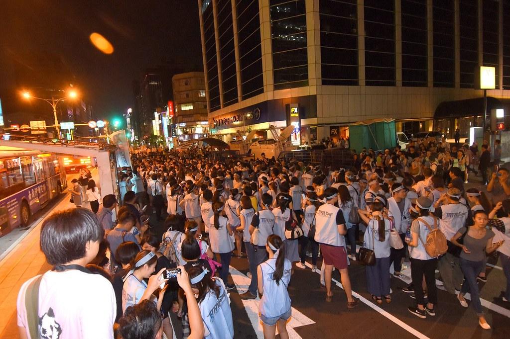 超過千人在華航前夜宿。(攝影:宋小海)