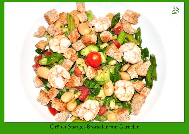 """Hier hatte ich bereits den Brotsalat """"Panzanella-Art"""" vorgestellt. Jetzt, in der Spargelzeit, gibt es einen Brotsalat mit grünem Spargel. Was sonst noch drin ist: Tomaten, viele Kräuter, weiße Bohnen, ein klein gewürfelter Apfel, Frühlingszwiebeln, Knoblauch, Olivenöl, Weißweinessig, Salz und Pfeffer ... Den grünen Spargel muss man nur im unteren Bereich schälen. Für den Salat kann er wie üblich gekocht oder, wie hier, auch in der Pfanne mit etwas Olivenöl oder Butter """"al dente"""" gebraten werden, was zusätzliches Aroma bringt. Für die gerösteten Brotcroûtons habe ich Vollkorntoastscheiben genommen. Zusätzlich kamen noch geröstete Kürbiskerne dazu. Das Ganze ist ein """"Fleischlos-glücklich-Essen"""", kann aber auf Wunsch mit ein paar Garnelen aufgemotzt werden. Guten Appetit ! Foto: Brigitte Stolle Mai 2016"""