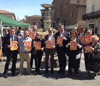 Foto di gruppo, in piazza a Faenza, al banchetto #bastaunSì