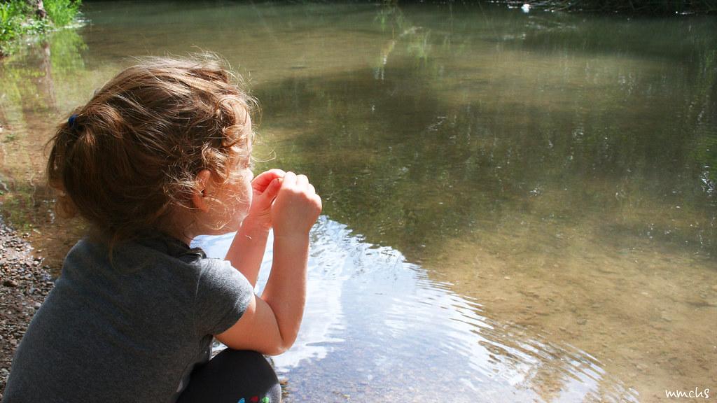 niña en el río