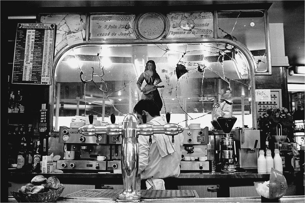 Belleville 1980 miroir bris du caf la vielleuse flickr for Le miroir brise