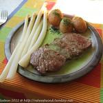 Rinderrücken mit Frühlingszwiebelsauce und Spargel