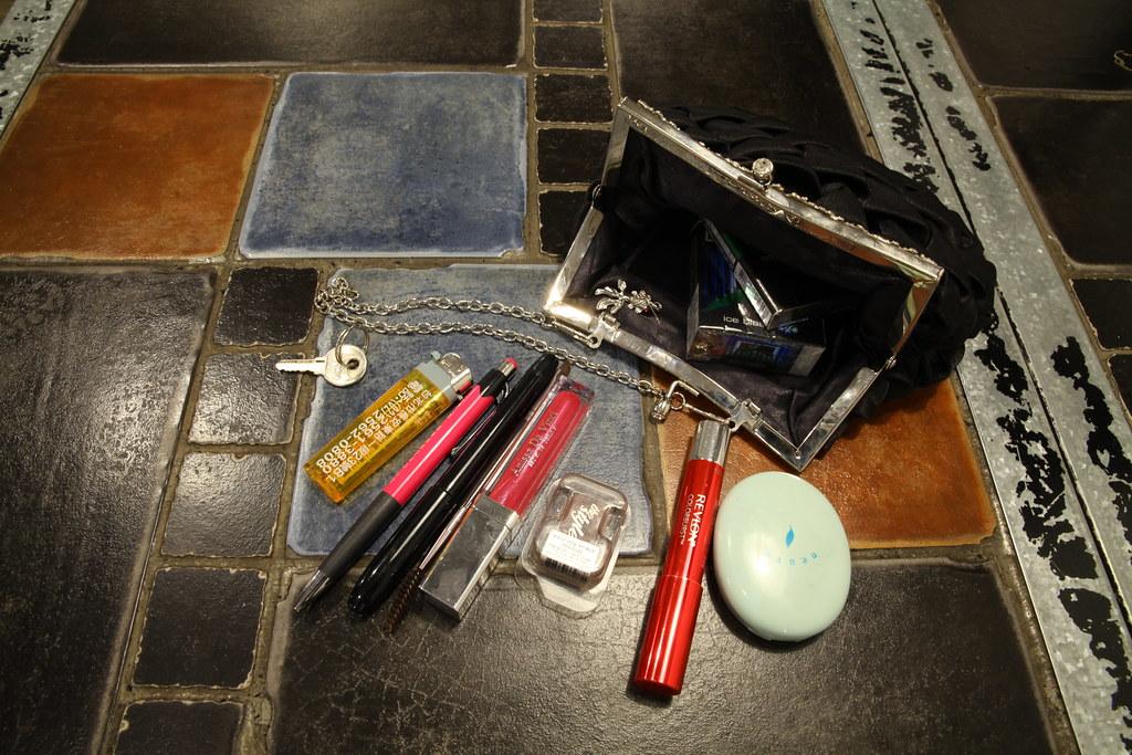 其中一位受訪小姐上班時的手提包以及裡面隨時用來補妝的用品。(攝影:陳逸婷)