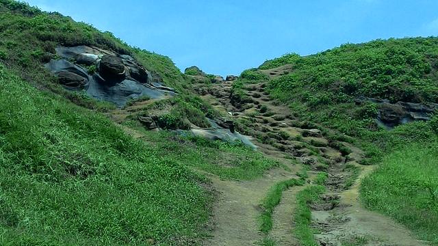 若不得不佈設步道,唯建議中段通道侵蝕溝部分,減少複線化現況,採用手工施作。攝影:林倩如。