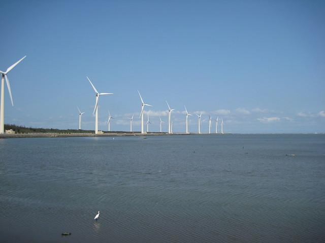 高美濕地沿岸的風機。(圖片來源:台中市政府農業局)