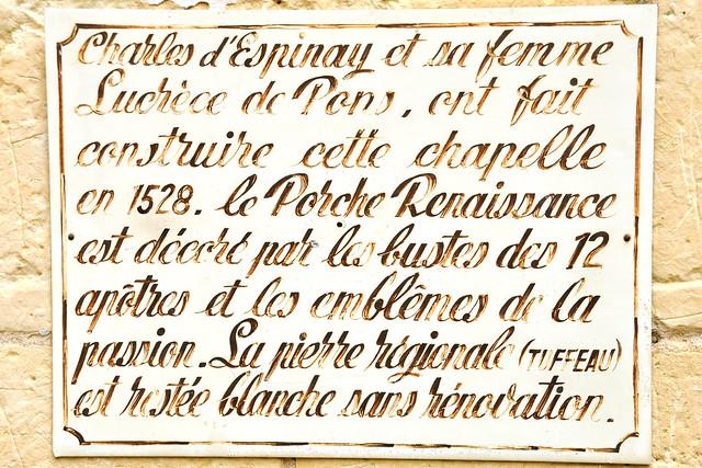 """Viele der größeren Loire-Schlösser haben eine eigene Schlosskapelle, die entweder ein Raum im Schloss selbst ist - oder eine kleine Kapelle ganz in der Nähe. Hier, bei Château d'Ussé, ist es """"Notre Dame d'Ussé"""". Sie wurde, wie nachstehende Inschrift informiert, im Jahr 1528 von Charles d'Espinay und dessen Ehefrau Lucrèce de Pons in Auftrag gegeben. Die Kapelle ist der Heiligen Anna geweihnt und im Innenraum findet man ein Chorgestühl aus dem 16. Jahrhundert. Das Besondere an der kleinen, aber feinen Renaissance-Kapelle ist für mich - nein, nicht dass Kim Kardashian (wer ist das überhaupt?) 2014 hier und im Dornröschenschloss nebenan geheiratet hat - sondern, dass dieses Kleinod niemals restauriert worden ist. Es befindet sich noch in echtem Originalzustand, was nicht allzu häufig vorkommt. Foto: Brigitte Stolle 2016"""