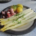 Spargel mit zerlassener Butter, Holsteiner Katenschinken und Kartoffeln