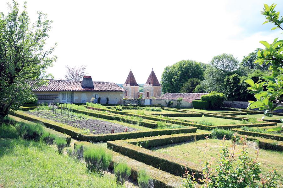 Logis de chenard vue du jardin potager chavenat 16320 for Blog jardin potager