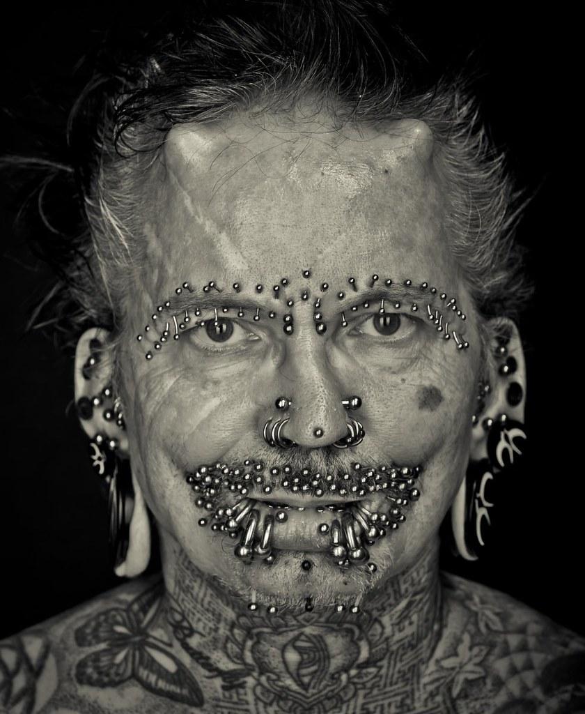 Тату по всему телу и гигантские туннели в ушах: как выглядят 58