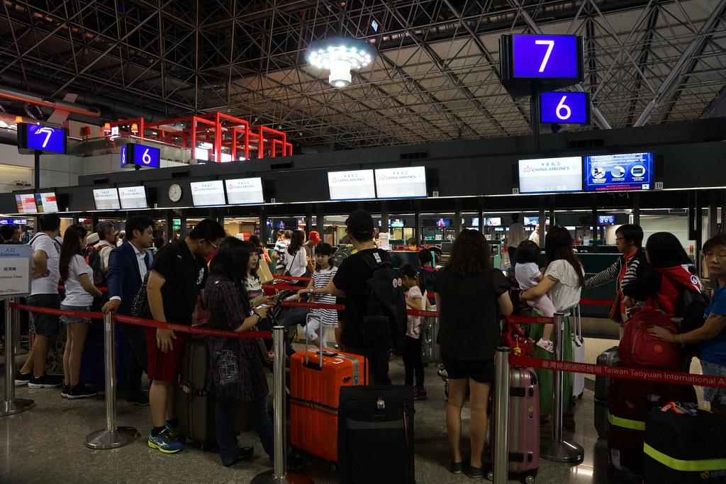 民眾深夜排隊check-in CI-108班機。(攝影:王顥中)