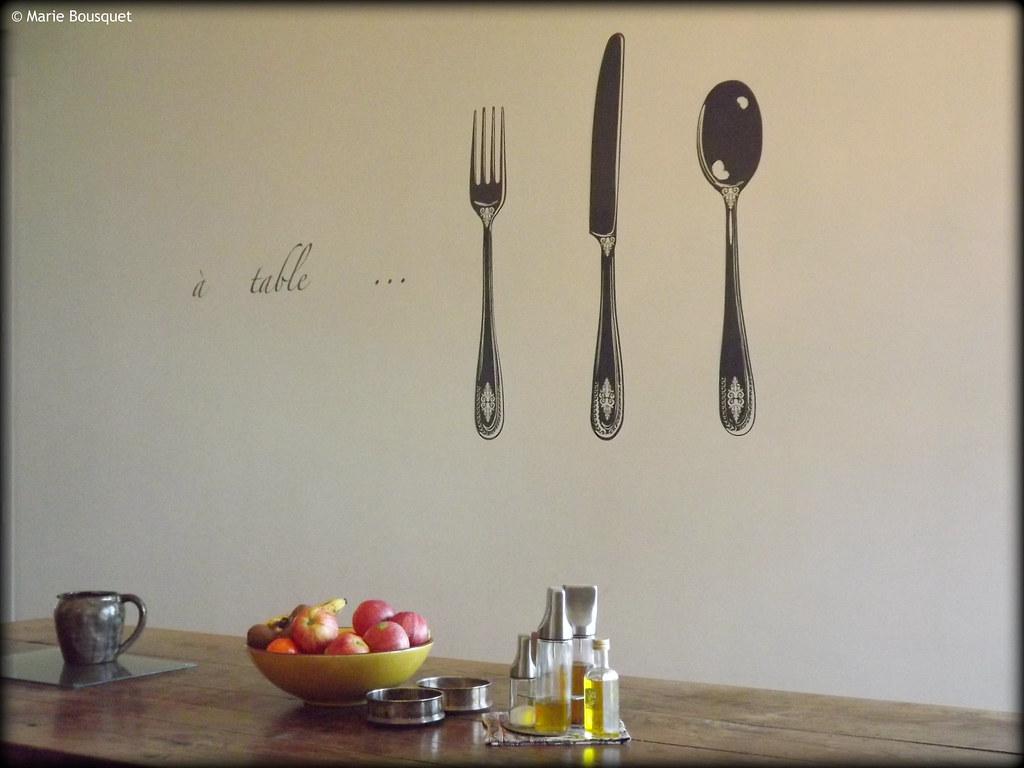 Table de salle manger avec stickers sur le mur marie for Stickers salle a manger