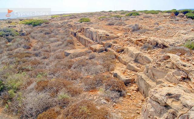 Равнинные каменные участки на пути к пещере. Пещера Циклопа, Кипр