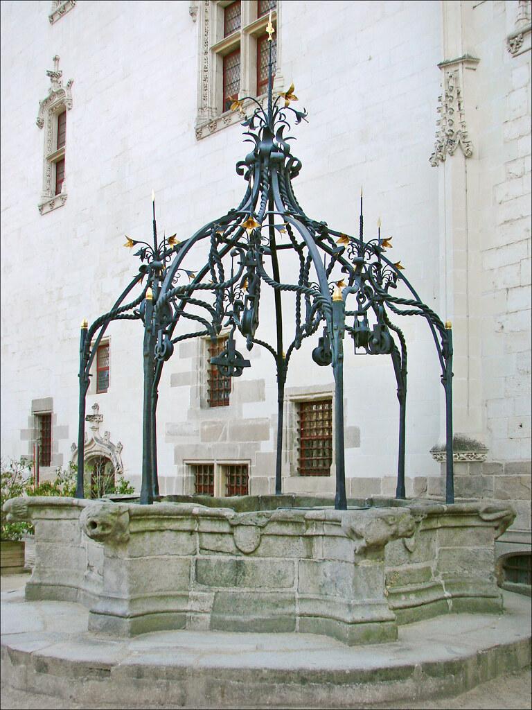Le puits dans la cour intérieure du château des ducs de Br