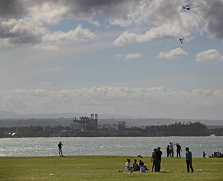 Kite flying at el Morro - Chiringas en el parque | by Jason Neely