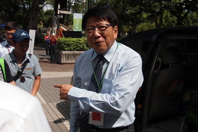 屏東縣長潘孟安到場時與自救會會面,表示不能剝奪企業的權利,但縣府將嚴格審查。攝影:李育琴