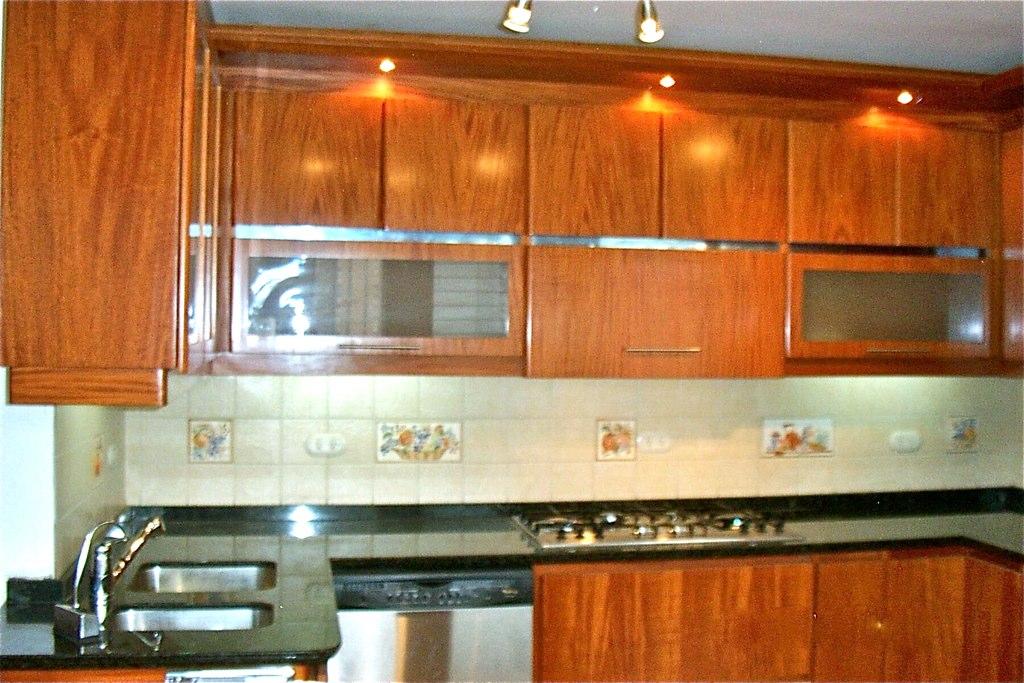 Cocina de madera con cenefa e iluminaci n t remodela http for Cenefas para cocina