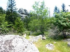 Dans la traversée de la Combe de Malpaseu : terrain chaotique et éperons rocheux proches