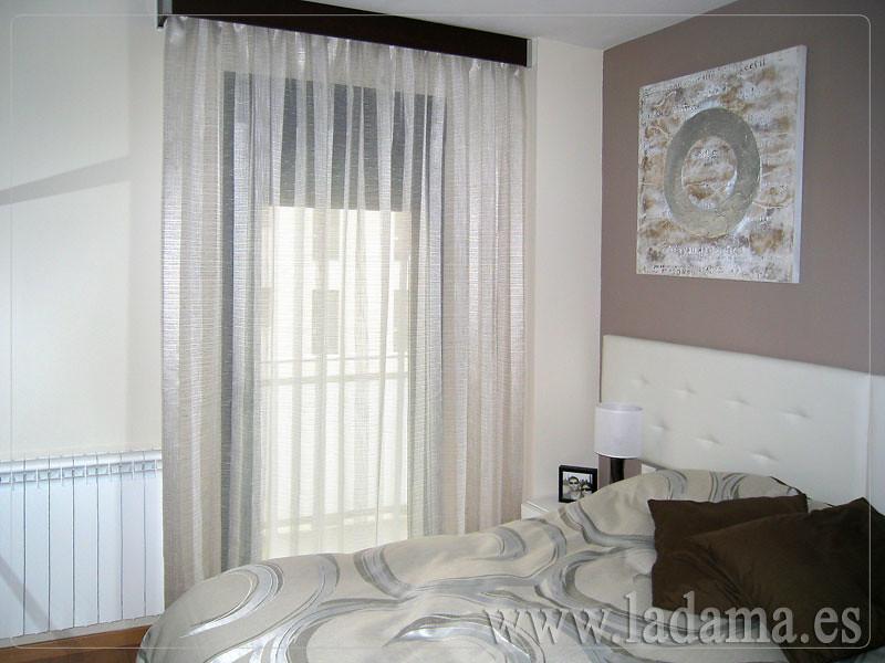 Cortinas en dormitorio moderno ligeras y elegantes for Cortinas dormitorio moderno