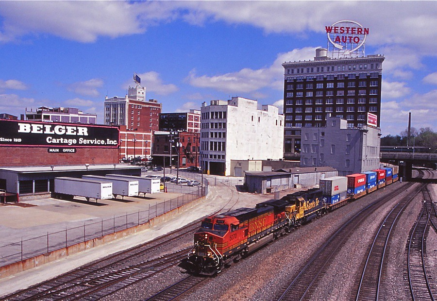 Kansas City, Missouri | BNSF westbound stack train passes ...