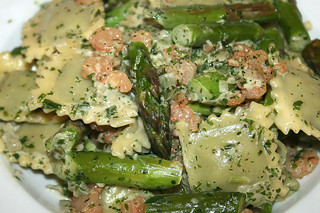 28 - Ravioli mit Garnelen & Spargel in Kräutersahne / Ravioli with shrimps and asparagus in herb cream - CloseUp | by JaBB