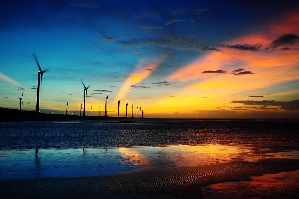風車と朝焼け