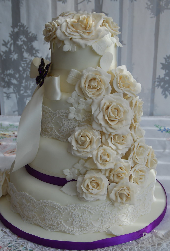 a wedding cake weighed 8 kg ivory and champagne wedding cake cascading roses with cadb 10982
