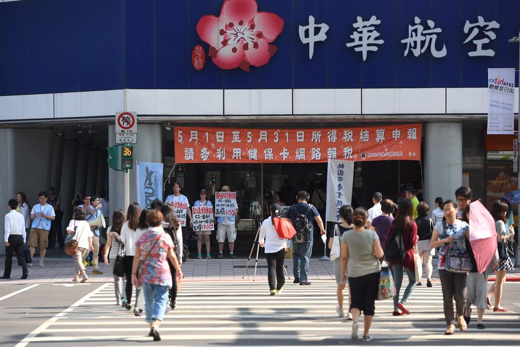 三位空服员在华航台北分公司门口前发起苦站12小时,呈现平时工作即需久站过劳的工作情景。(摄影:宋小海)