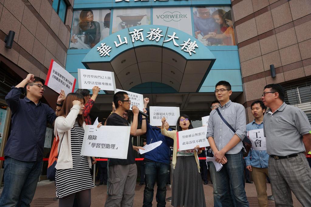 民進黨社運部組長李世明(右一)與青年部副主任黃守達(前排右二)出面接受陳情,但只談大方向,避談具體政策,引發抗議團體激憤。(攝影:王顥中)