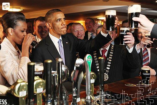 POTUS e FLOTUS (Barack Obama e Michelle Obama) tomando Guinness na vila em pub de Moneygall, vila irlandesa onde o tataravô do presidente viveu