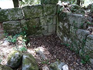 Un coin de mur dont le sol a été fouillé
