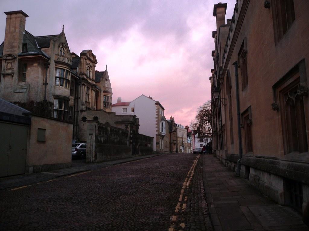 voir la rue merton en merton glows a soft pink flickr