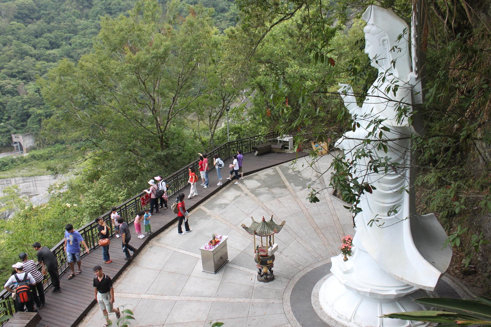 Estatua budista contempla el paisaje