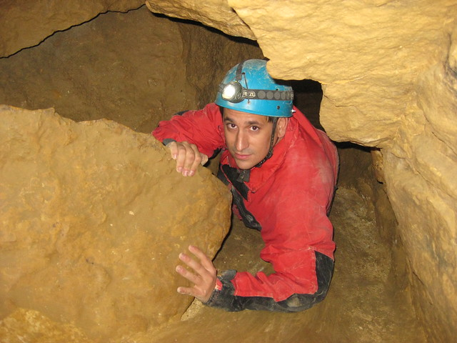 Sele haciendo espeleología en unas cuevas de Budapest