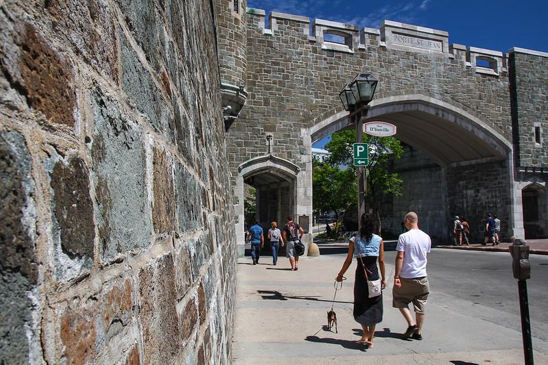 Un mur des fortifications de Québec et la porte Saint-Jean à place D'Youville, Québec