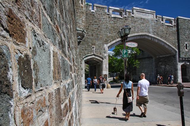Un mur des fortifications de qu bec et la porte saint jean for Surplus porte et fenetre quebec