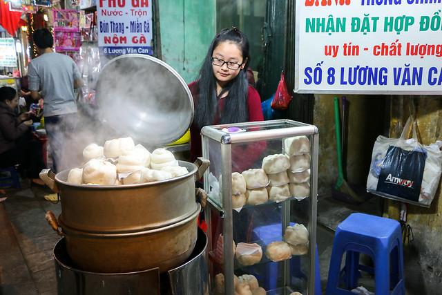Yummy steamed breads, Hanoi old city, Vietnam ハノイ旧市街、美味しそうな蒸しパン