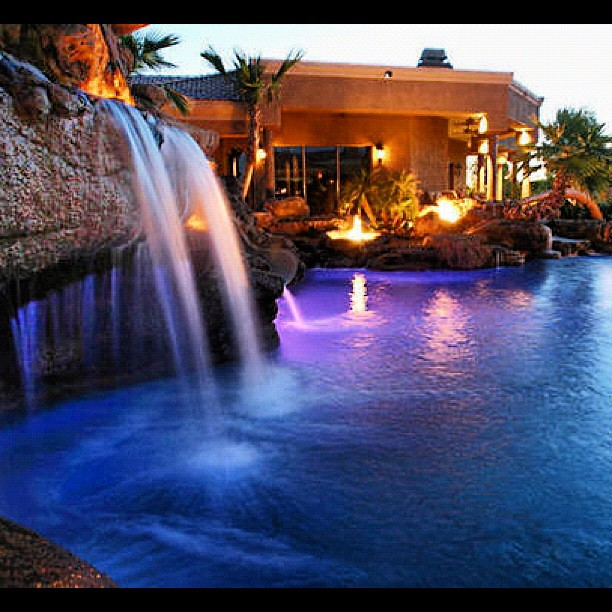Waterfall cascada pool pisina nightlife water color for Luxury pools with waterfalls
