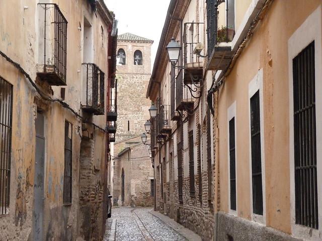 Calle de Talavera de la Reina. Al fondo la iglesia de Santiago el Nuevo