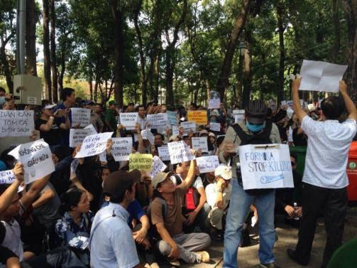 越南民眾在台塑河靜鋼鐵廠外示威抗議。(圖片來源:virginiabao.com)